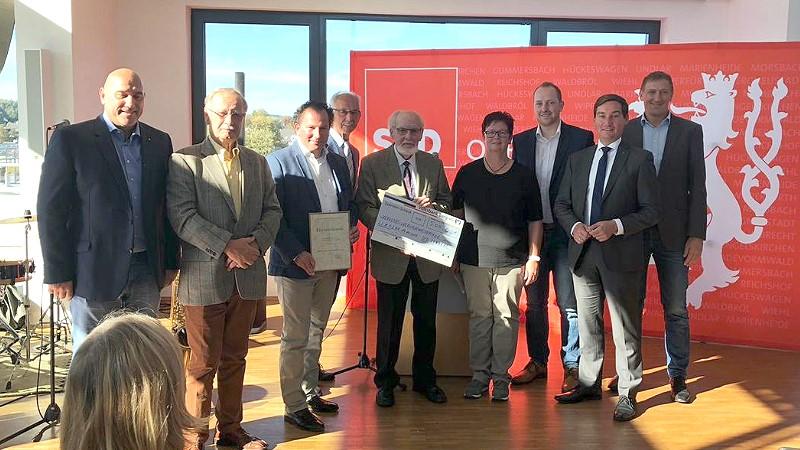 Für sein jahrzehntelanges großes Engagement für Lindlar wurde der Verkehrs- und Verschönerungsverein mit dem Ehrenpreis der Lindlarer SPD für besonderes soziales Engagement ausgezeichnet. | Bild: SPD Lindlar