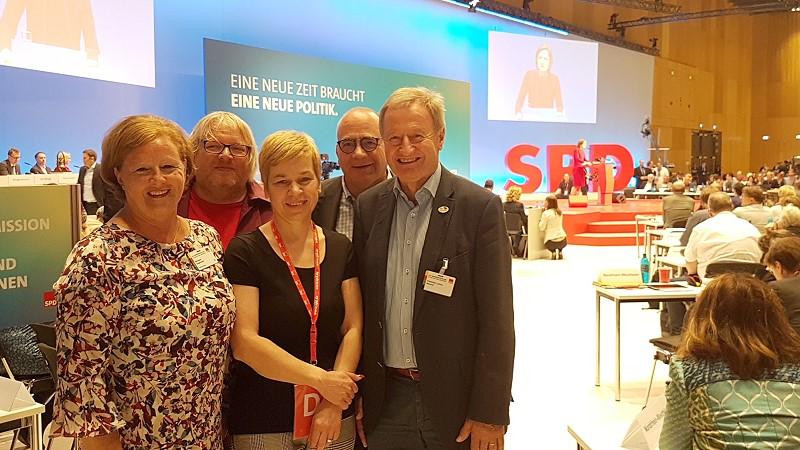 Michaela Engelmeier, Helge Sulfrian, Susanne Maaß, Frank Mederlet und Friedhelm Julius Beucher (v.l.n.r.) auf dem Bundesparteitag in Wiesbaden (Bild: © SPD Oberberg)