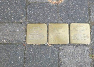Stolpersteine am ehemaligen Haus Elias in Waldbröl. In Nümbrecht sind sie innerhalb der Pflasterung kaum noch erkennbar.